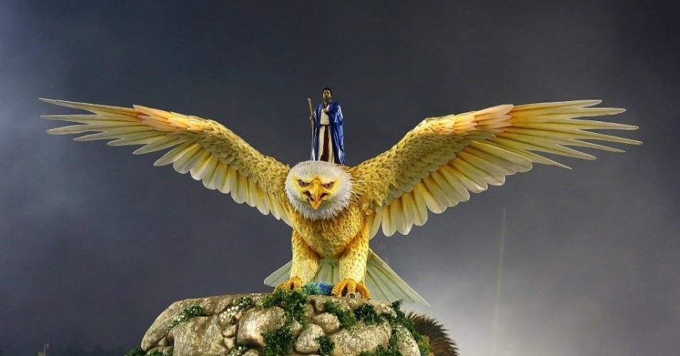 13.fev.2016 - Primeiro carro da Portela a entrar na avenida trouxe a águia, ave símbolo da escola que se movimentou e posou no Monte Sinai