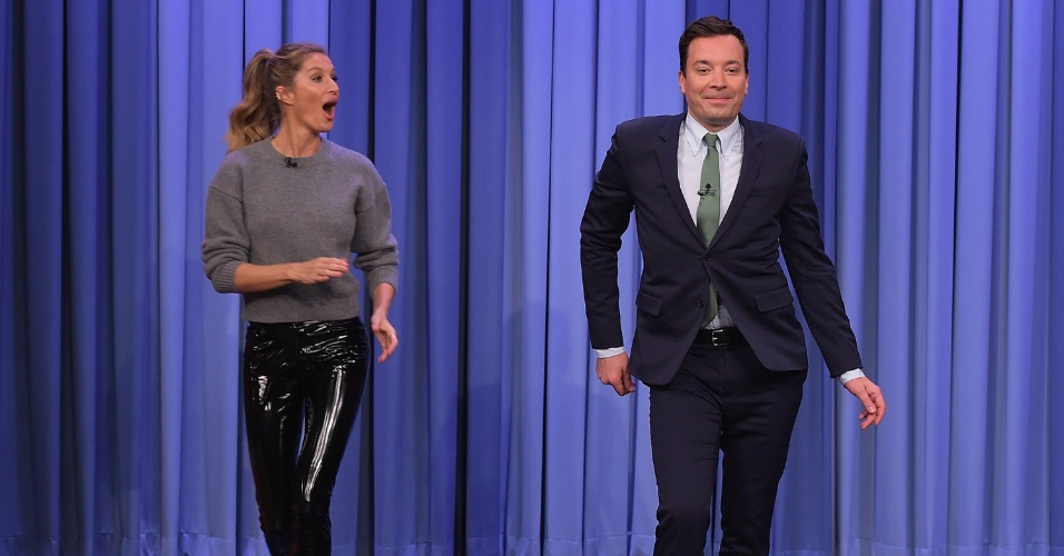 Gisele Bündchen ensina o apresentador Jimmy Fallon a desfilar no programa
