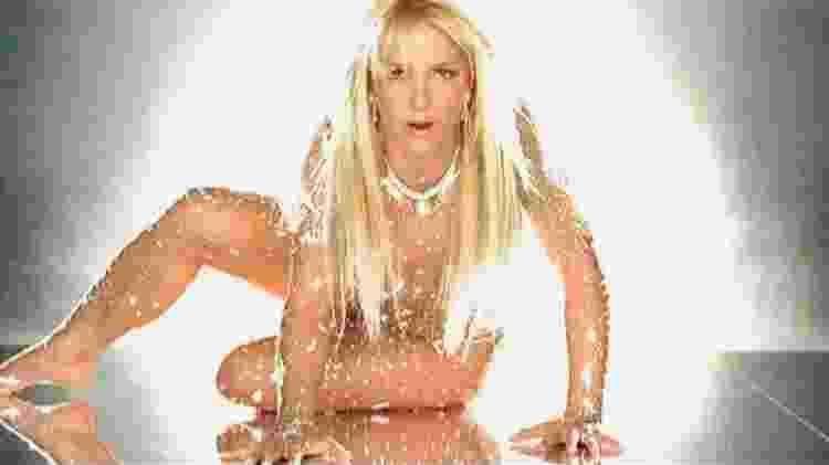 """Britney Spears no clipe de """"Toxic"""", de 2003 - Reprodução/still - Reprodução/still"""