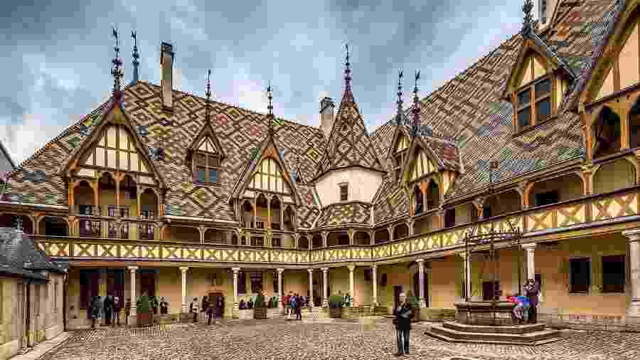Mais parecido com um palácio, o Hospices de Beaune foi construído em 1443 pelo casal Nicolas Rolin e Guigone de Salins - Reprodução/Michael Evans Photographer Blog