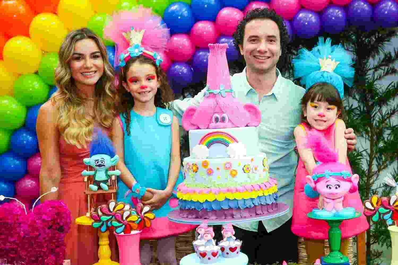 """O humorista Marco Luque, que integra o elenco do programa """"Altas Horas"""", e sua esposa Flávia Vittorino, comemoram o aniversário de Isa, 7, e Mel, 5 - Manuela Scarpa/Brazil News"""