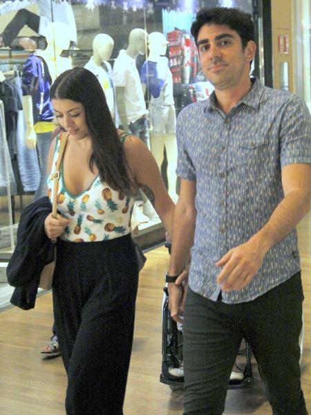 Marcelo Adnet passeia de mãos dadas com a namorada Patrícia Cardoso em shopping na Barra da Tijuca, zona oeste do Rio - Ag.News