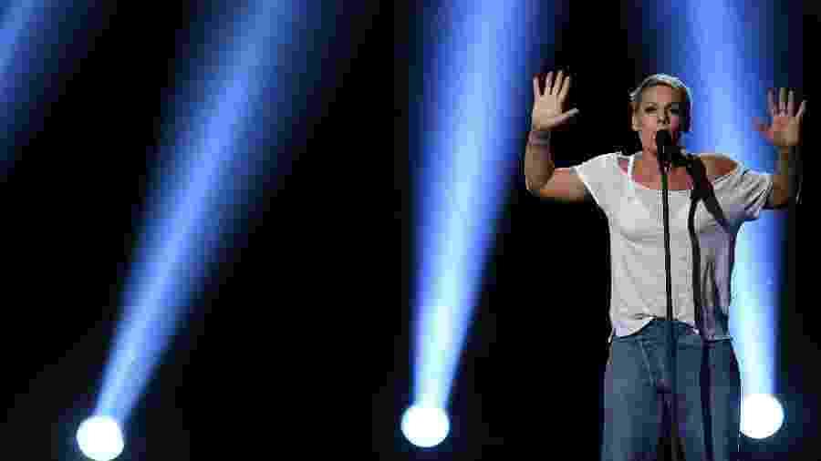 Pink se apresenta no palco do Grammy 2018 - Getty Images