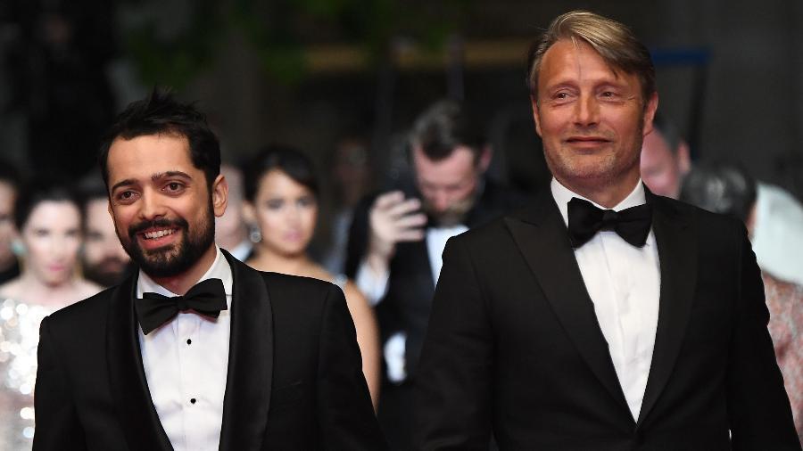 O diretor brasileiro Joe Penna e o ator dinamarquês Mads Mikkelsen em Cannes - AFP/ Anne-Christine