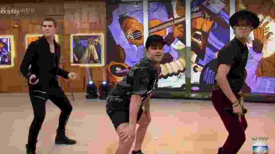 """Acompanhados de um professor de dança, membros da da banda latina CNCO rebolam ao som de """"Vai Malandra"""" no """"Encontro"""" - Reprodução/Globo"""