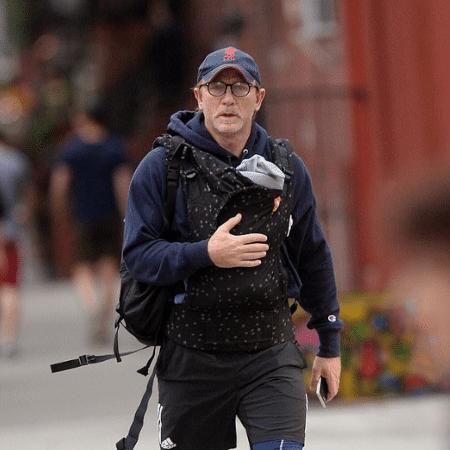 """Daniel Craig usa uma """"bolsa-canguru"""" para carregar a filha - Reprodução/Twitter/piersmorgan"""