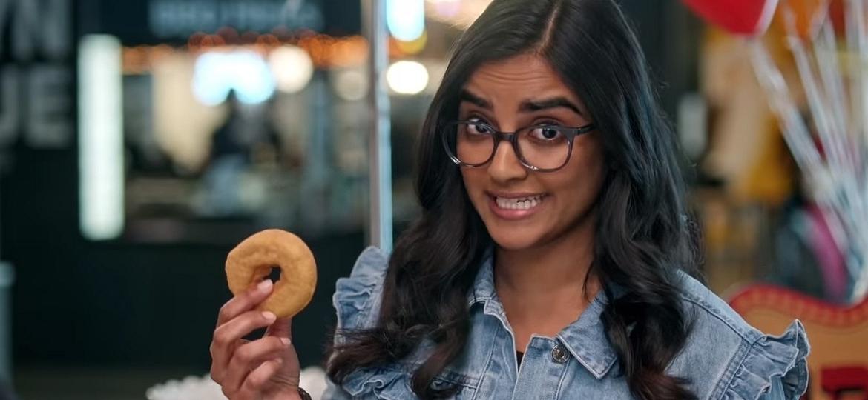 """Sahana Srinivasan e a rosquinha que caiu no chão em """"Eu e o Universo"""" - Reprodução"""