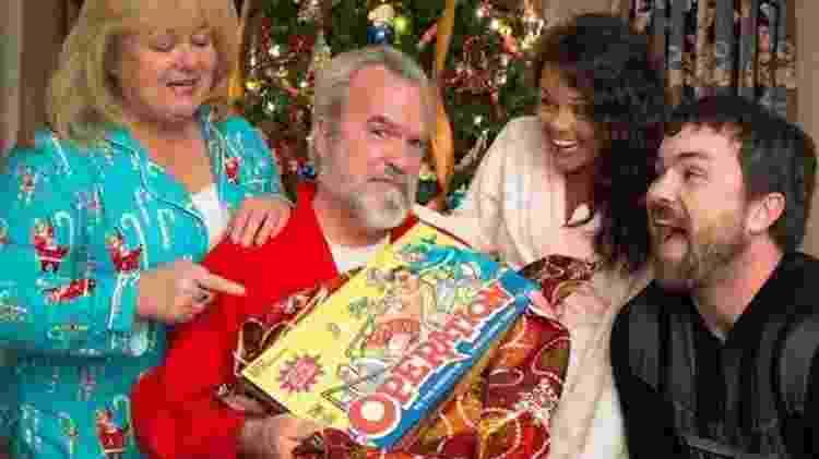 """Depois da cirurgia, a família de Ed tirou uma foto com o jogo """"Operação"""" para um cartão de Natal - Arquivo Pessoal - Arquivo Pessoal"""