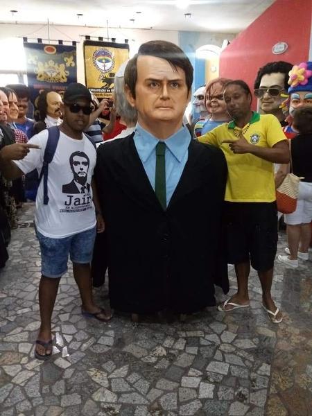 Natan José de Oliveira (de branco) e o bonecão de Jair Bolsonaro no Carnaval de Olinda de 2019 - Divulgação