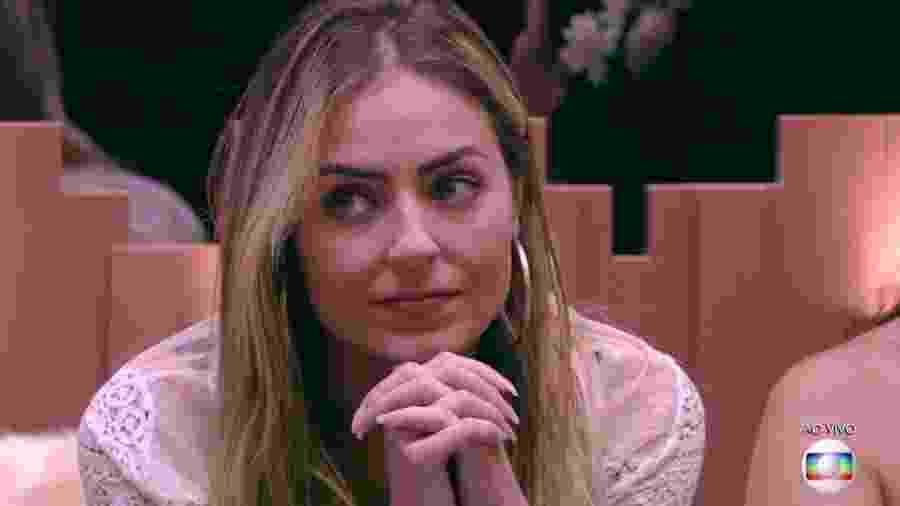 """Paula ouve a votação durante paredão do """"BBB19"""" - Reprodução/TvGlobo"""