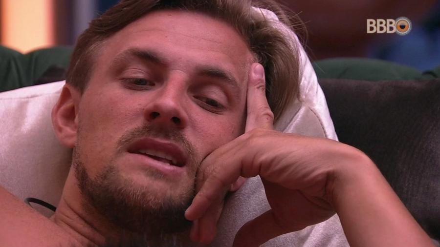 Diego conversa com os brothers na sala do confinamento  - Reprodução/GloboPlay