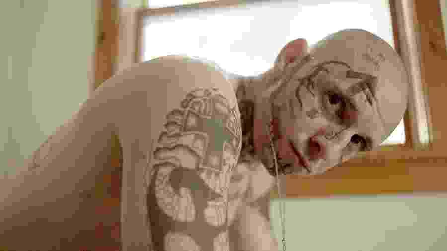 """Jamie Bell em cena de """"Skin"""" - Reprodução"""