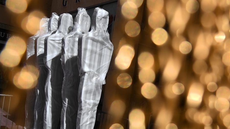 Estatuetas gigantes decoram o tapete vermelho da premiação, em Hollywood - Mark Halston/AFP