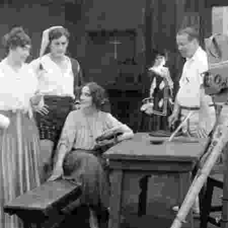 Weber e elenco do filme Garota Estúpida de Portici  - BFI via BBC
