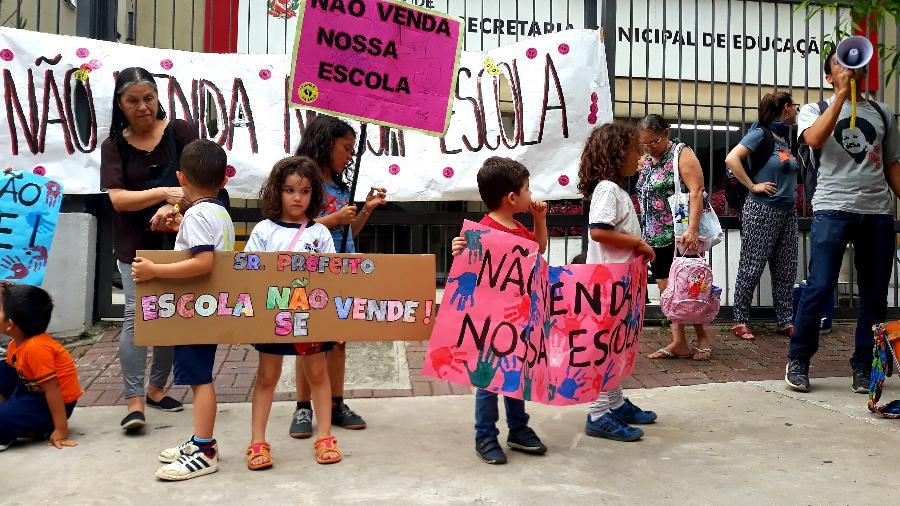 Crianças em frente à Secretaria Municipal de Educação, em São Paulo - Camila Brandalise/UOL