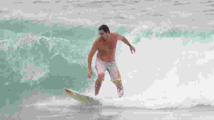 Felipe Dylon surfa na Praia do Arpoador, zona sul do Rio de Janeiro - AgNews