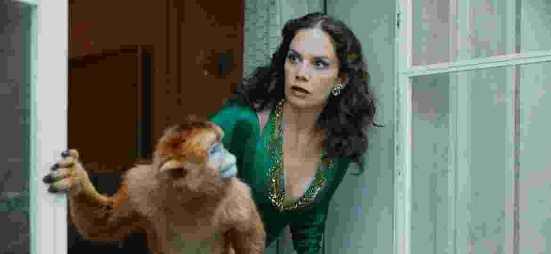 """His Dark Materials: Ruth Wilson e seu """"dimon"""", Macaco, em cena da série da HBO - Divulgação/HBO"""