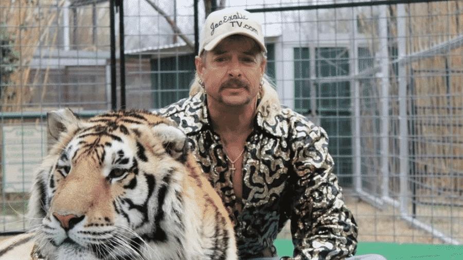 Joe Exotic reflete a personalidade extravagante com roupas que misturam o animal print e estampas chamativas - Reprodução/Netflix