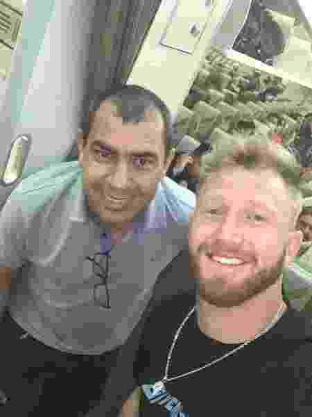 Fábio Carille e Alemão no voo de repatriação - Arquivo pessoal - Arquivo pessoal