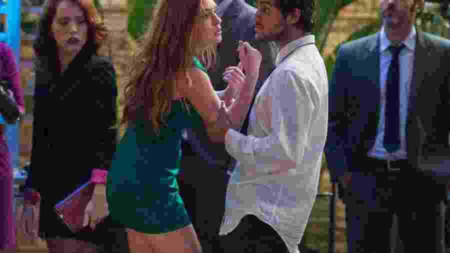 Jonatas (Felipe Simas), já alterado, puxa Eliza (Marina Ruy Barbosa) - Globo/Estevam Avellar