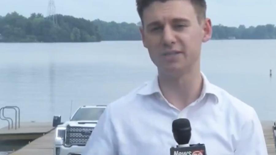 Repórter Jakob Emerson falava ao vivo em afiliada da fox News enquanto carro dava ré e mergulhava no lago - Reprodução/Twitter