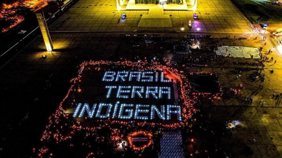 Mensagem escrita com 380 lâmpadas de led em frente ao STF em Brasília para pedir que a corte rejeite o marco temporal  - Scarlett Rocha/ Apib