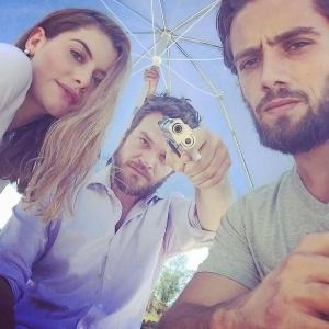 """Alinne Moraes, Emílio Dantas e Rafael Cardoso em cena de bastidores da novela """"Além do Tempo"""" - Reprodução/Instagram/RafaelCardoso9"""