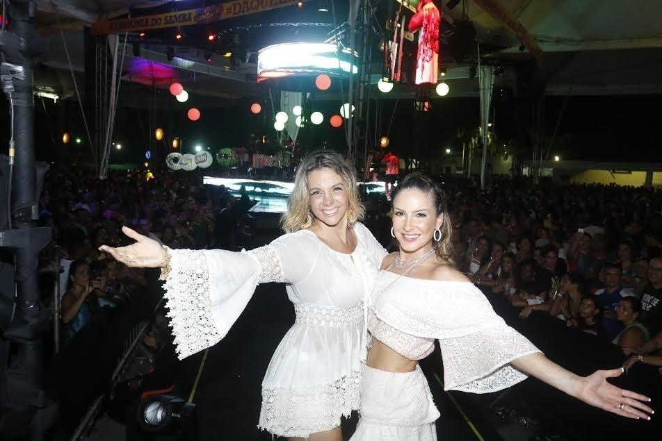 25.jan.2015 - Mulher de Xanddy, Carla Perez posa para fotos com Claudia Leitte durante ensaio para o carnaval do grupo Harmonia do Samba, em Salvador, na Bahia