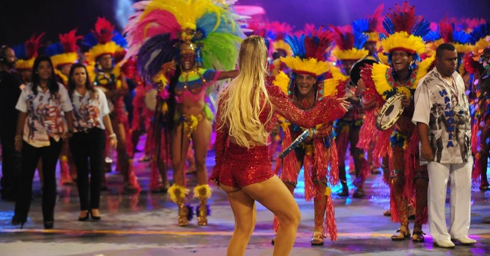 5.fev.2016 - Ju Valcézia desfila na primeira noite do Carnaval de São Paulo pela Pérola Negra