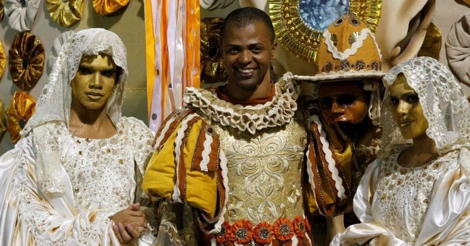 8.fev.2016 - Integrantes da Vila Isabel se preparam para o desfile da escola, que é a primeira a entrar na avenida nesta segunda-feira