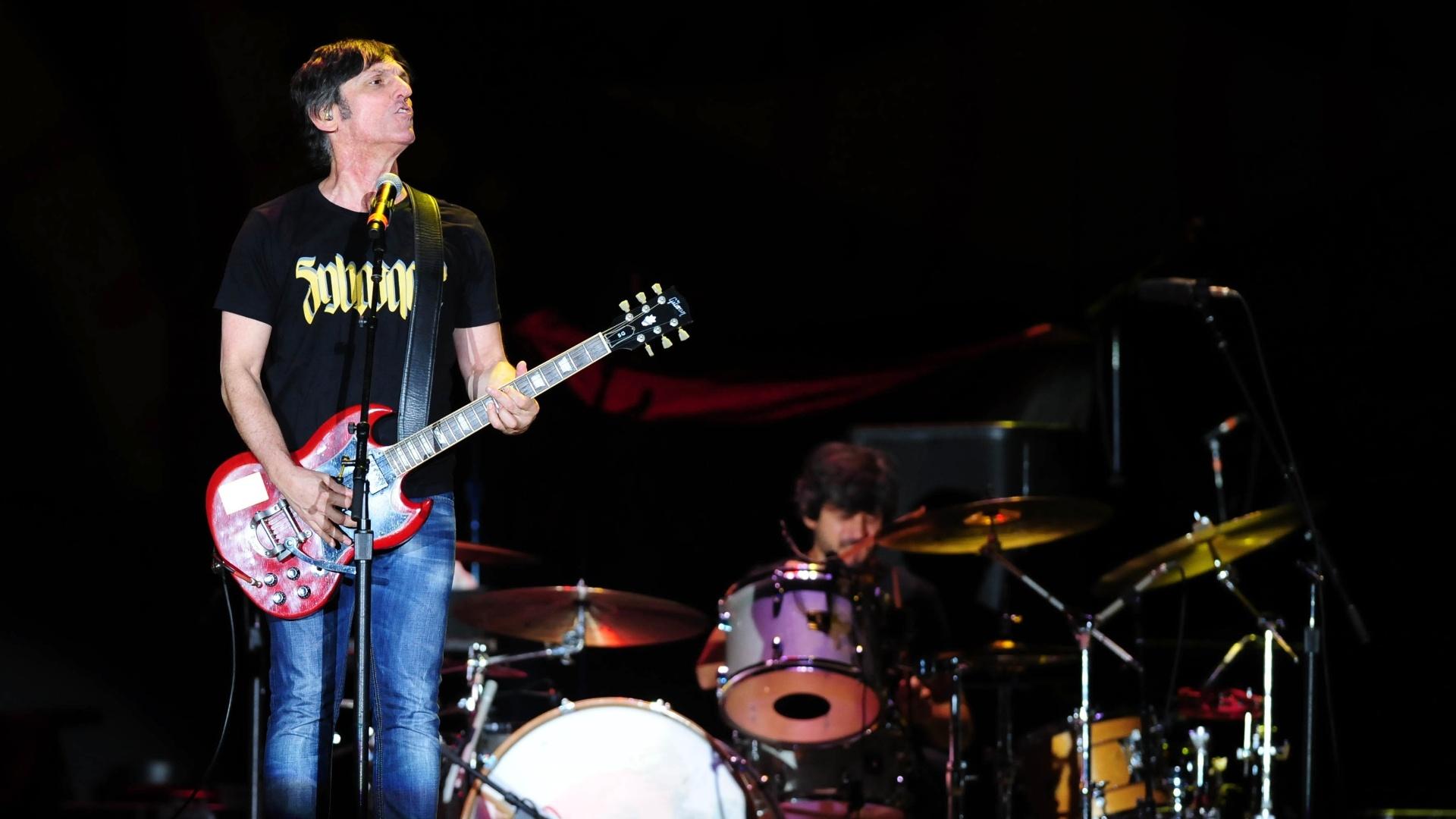27.fev.2016 - A banda Titãs abre o segundo show dos Rolling Stones no estádio do Morumbi, em São Paulo, neste sábado
