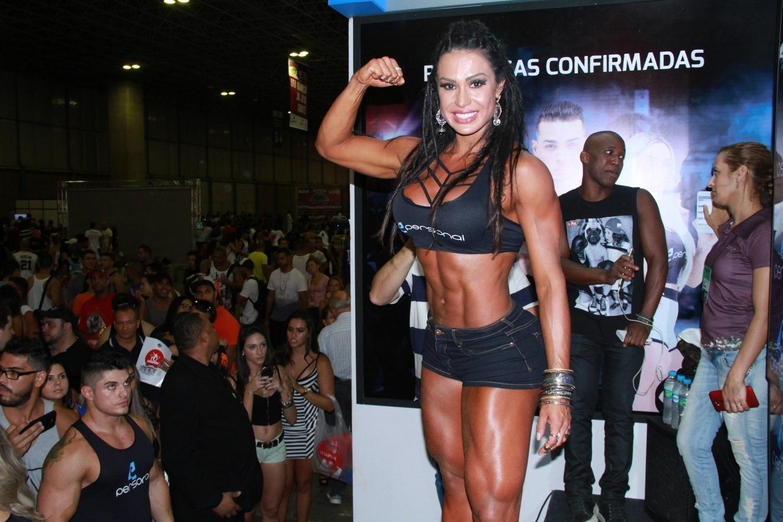 A modelo Gracyanne Barbosa exibiu o corpo malhado para o público durante a feira