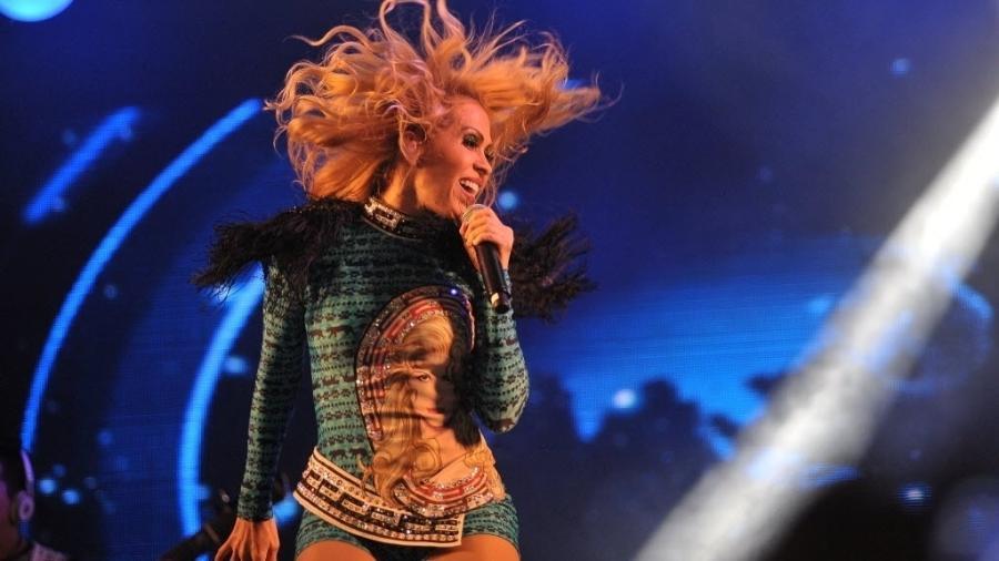 """Joelma dança e bate cabelo durante apresentação  da turnê """"Avante"""" no Centro de Tradições Nordestinas, em São Paulo - Reinaldo Canato/ UOL"""