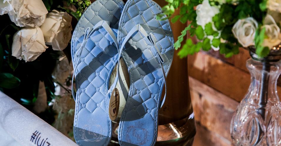 Para que todas as convidadas pudessem dançar muito e aproveitar a festa, foram disponibilizados chinelos azuis, combinando com a temática da festa, da Celebration Shoes (www.celebrationshoes.com.br)