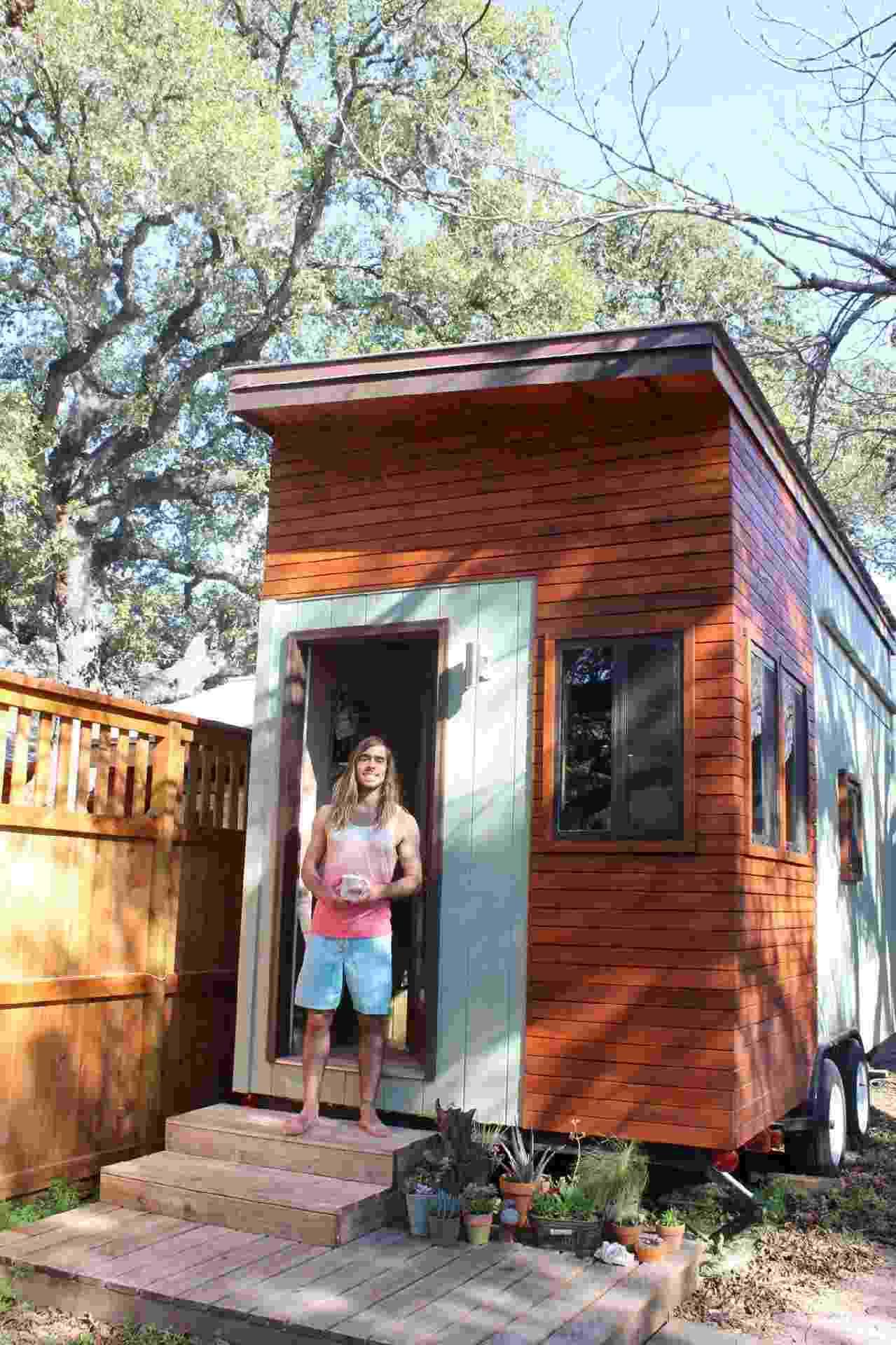 Tiny Home - Joel Weber posa orgulhoso em frente à casa que construiu por pouco mais de R$ 48 mil. Todo o projeto e a decoração foram pensados pelo estudante e o processo levou um ano. O rapaz estacionou seu trailer ao lado da casa de amigos, em Austin, no Texas (EUA) - Miranda Chiechi/Divulgação