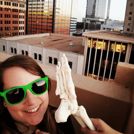 A americana Kristi Loyall decidiu brincar com seu pé amputado - Reprodução/Instagram/onefootwander