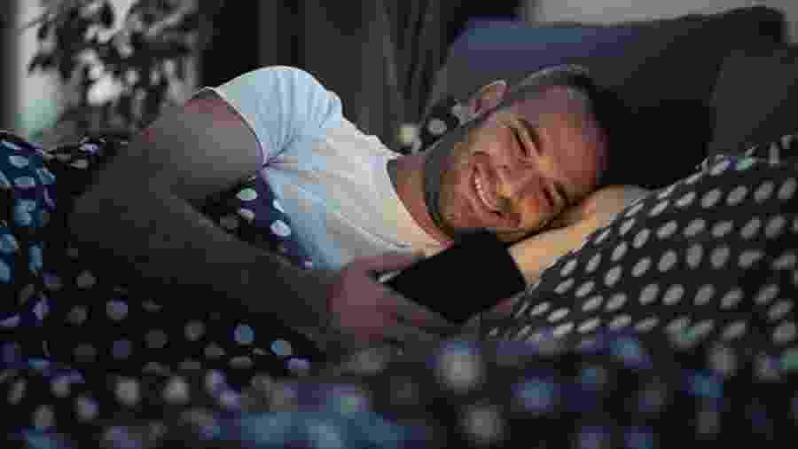 Quando foi a última vez que você foi dormir sem usar o celular pouco antes de fechar os olhos? - Shutterstock