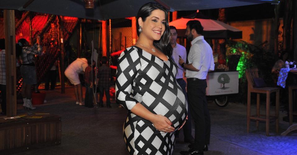 Thais Fersoza usa vestido justo e exibe barriga de oito meses no aniversário da filha do sertanejo Fernando