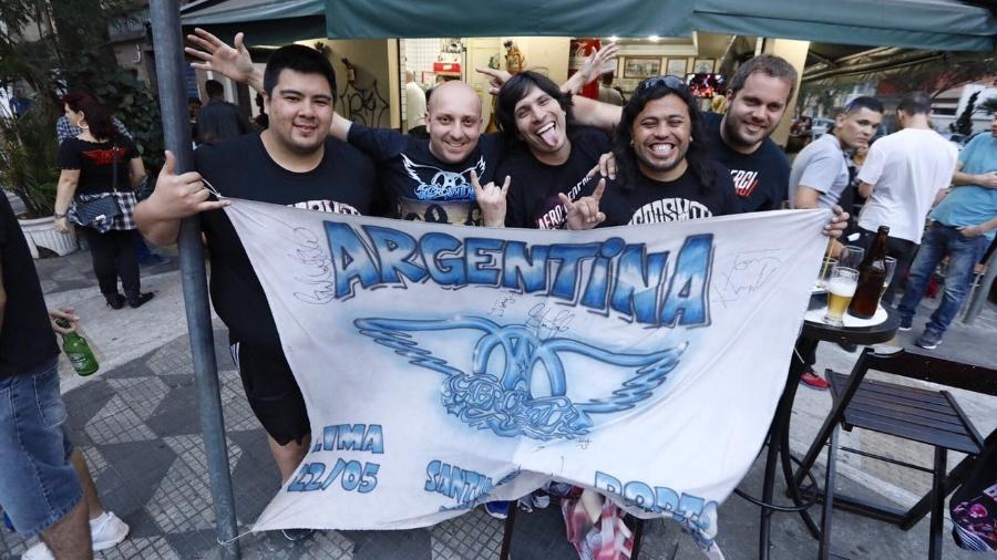 Os fãs de Aerosmith (esquerda para direita): Gustavo Gomez, argentino, 29, Mariano Corini, 29, Guillermo Vallejos, 38, Rafael Rosito, 34, e Javier Zabaleia, 39 - Renata Nogueira/UOL
