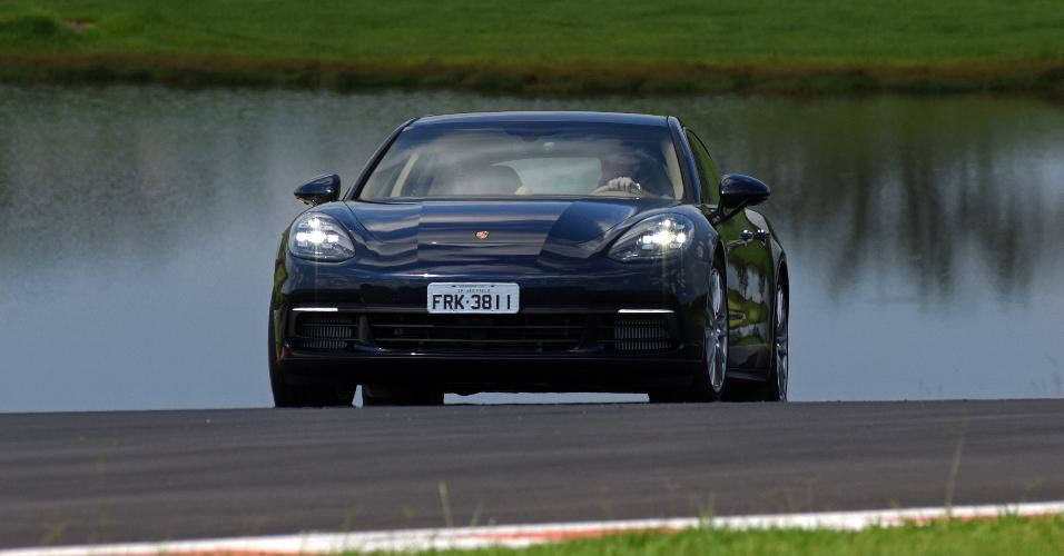 UOL Carros destrincha Porsche Panamera híbrido, que consegue fazer 26 km l  - Economia - BOL Notícias 55cd398612