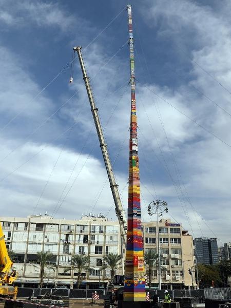 Para bater recorde, torre de 36 metros de Lego construída em Israel - Ammar Awad/Reuters