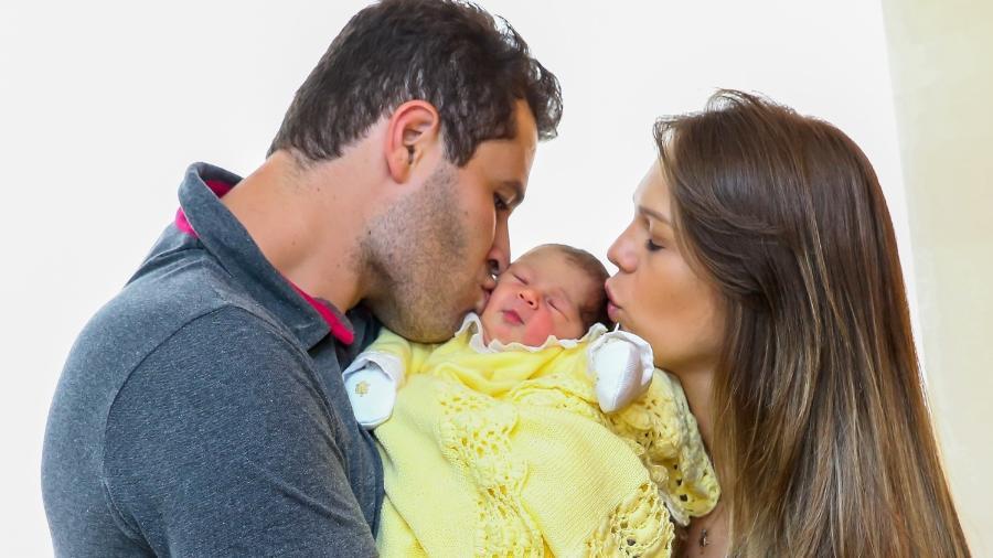 Pedro Leonardo com a filha recém-nascida - Manuela Scarpa/Brazil News