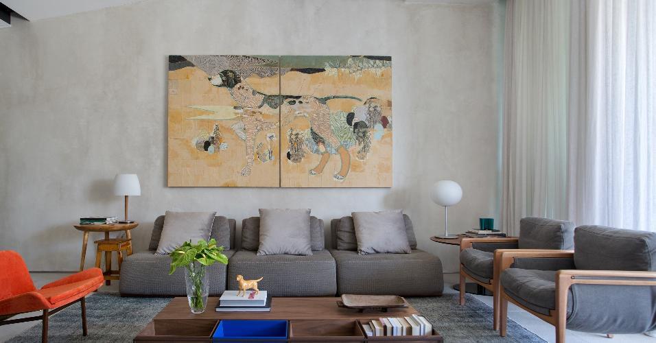 É possível destacar o cinza nas paredes, mas também em outras superfícies, como teto e piso. Aqui, neste living, a pintura confere efeito de cimento queimado às paredes, enquanto o piso é composto por granito cinza lixado. Para conferir descontração ao ambiente, as cores vivas aparecem bem pontuais. Projeto: BC Arquitetos