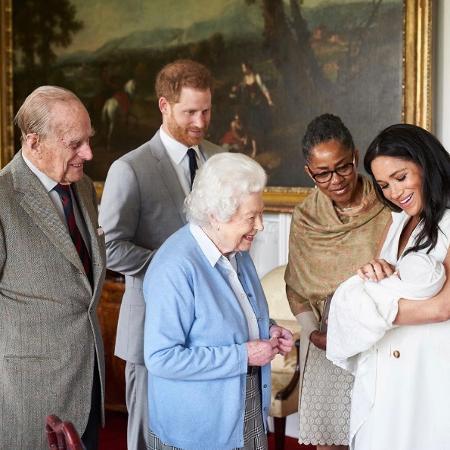 Meghan Markle, acompanhada pela mãe, e o príncipe Harry apresentam o bebê Archie à rainha e ao duque de Edimburgo - Chris Allerton/sussexroyal/Reprodução