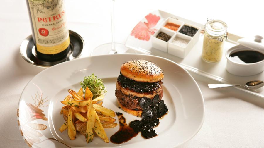 O FleurBurger5000 é produzido com um hambúrguer feito com Kobe beef, lascas de trufas negras e foie gras - Divulgação/MGM Resorts International.