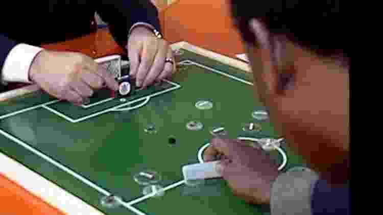 Chico Pinheiro e Pelé em partida de futebol de botão - Reprodução/TV Globo