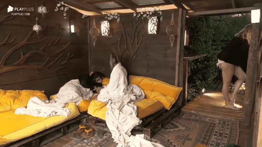 Lucas se esconde embaixo de edredom em conversa na casa da árvore - Reprodução/PlayPlus