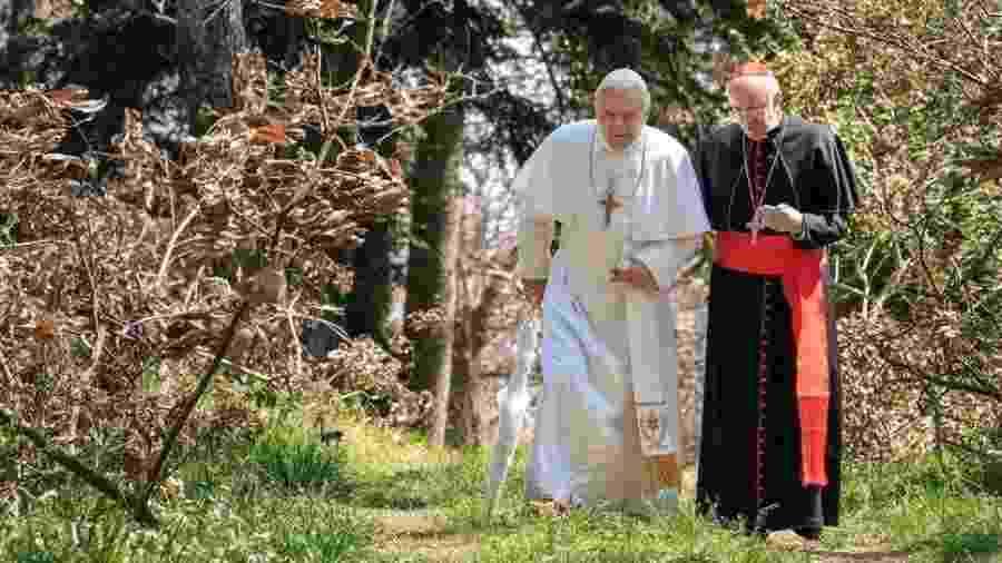 Anthony Hopkins (papa Bento 16) e Jonathan Pryce (papa Francisco) em cena de Dois Papas - Divulgação