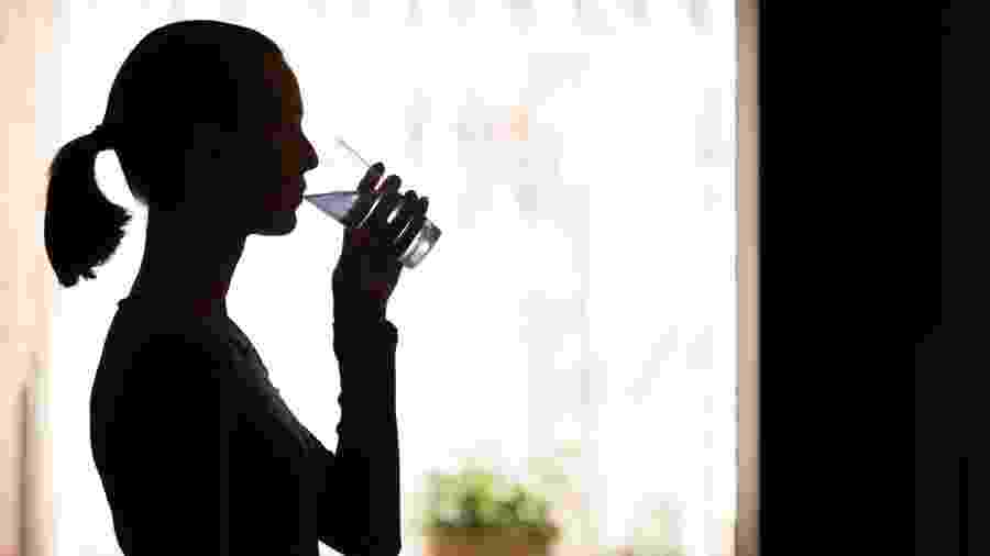 Boa hidratação, dieta que estimule a mastigação e medicamentos estão entre as estratégias para tratar a boca seca  - iStock