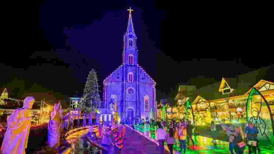 Cidade iluminada durante o Natal Luz de Gramado - iStock